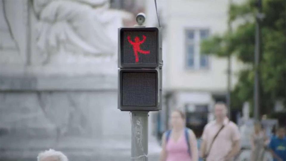 Ação da Smart coloca pedestres para dançar na rua
