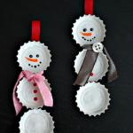 E aquelas tampinhas de garrafas podem se tornar bonequinhos de neve.