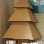 Pedaços de papelão podem formar uma árvore de natal.