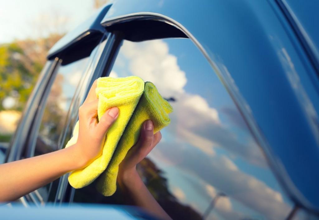 Como fazer a limpeza dos vidros do seu carro